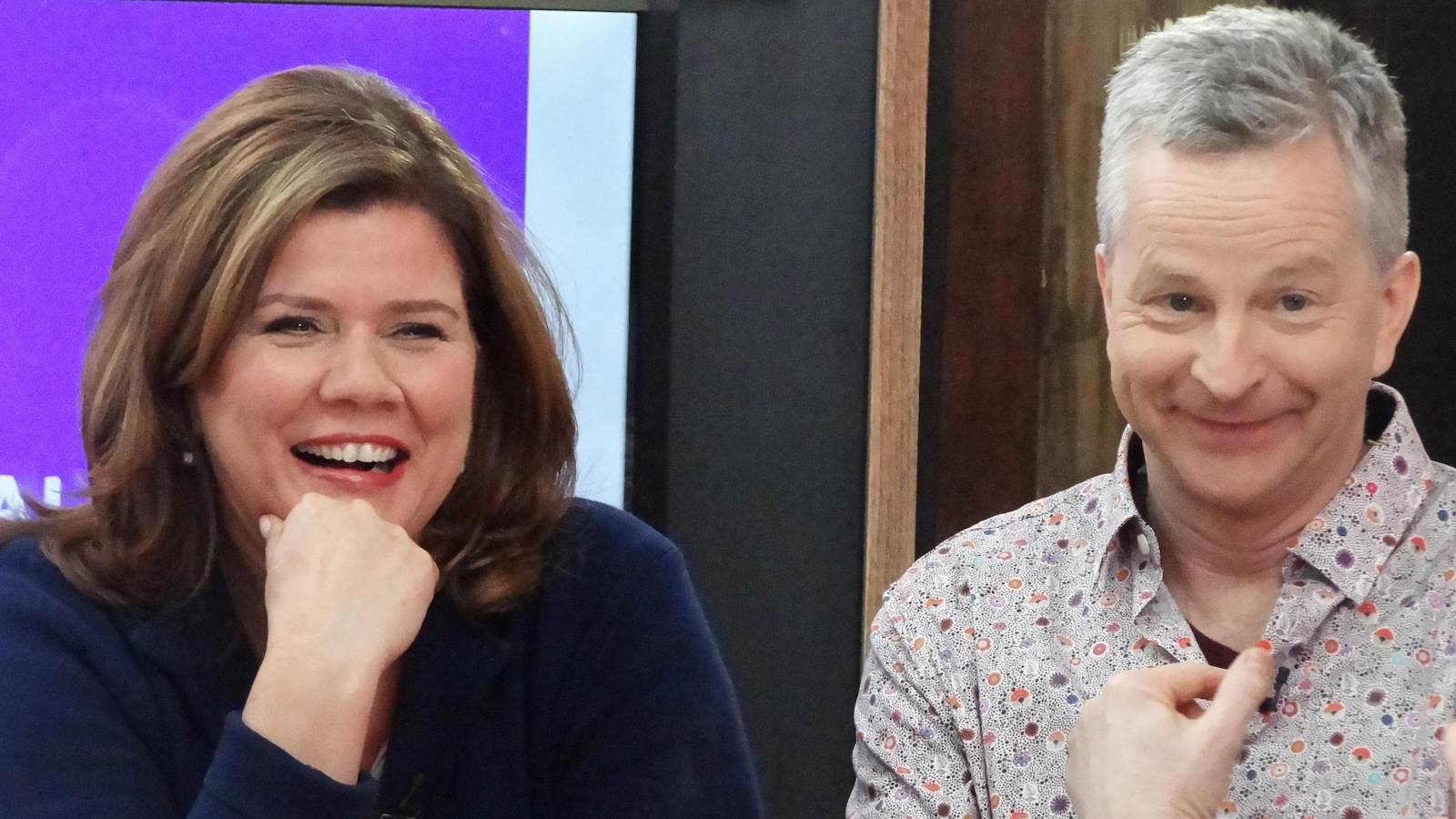 Les deux invités sourient.