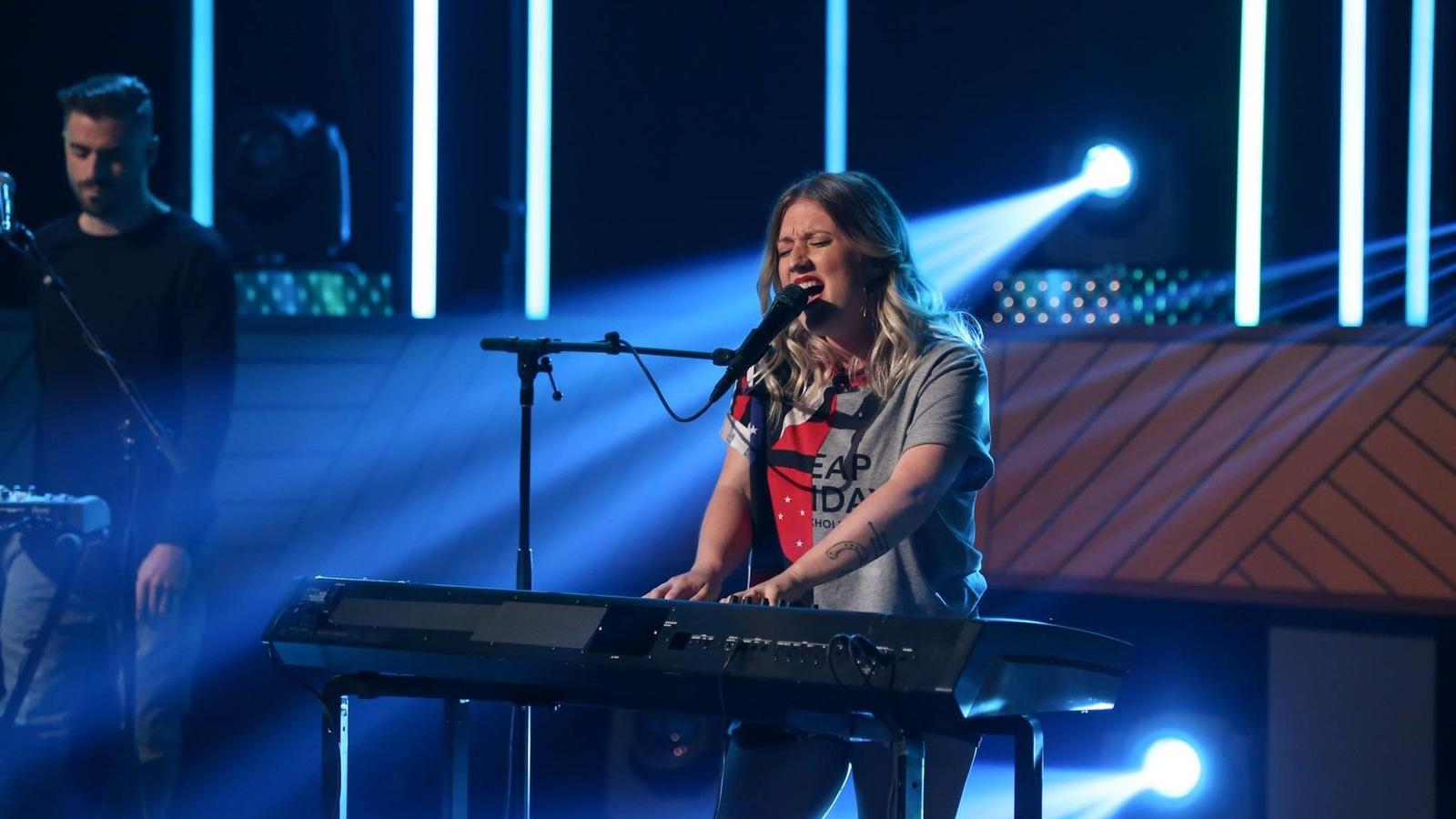 Elle chante en s'accompagnant au clavier