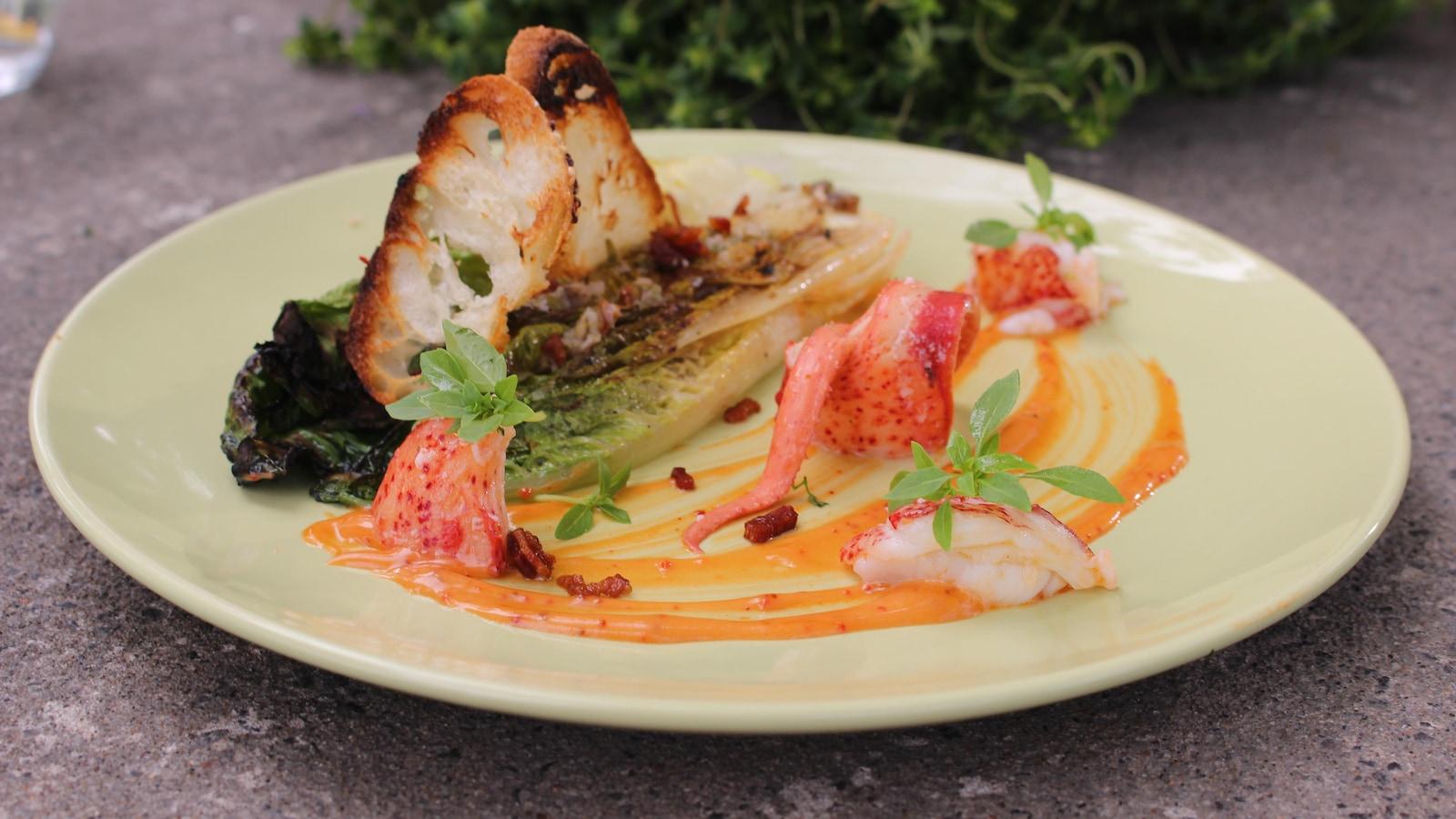 Gros plan sur le plat présenté dans une assiette.
