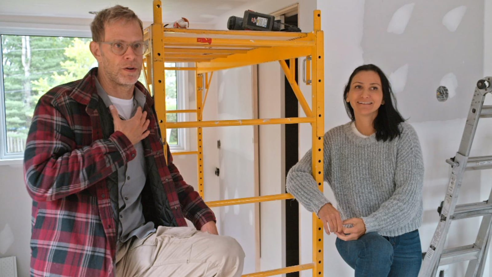 Un homme et une femme dans une maison en construction.