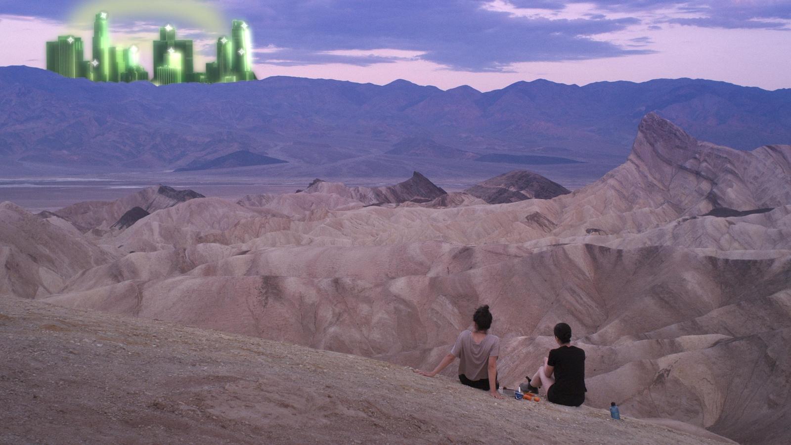 Deux jeunes filles assises dans le désert, face à un paysage de ville virtuelle verte.