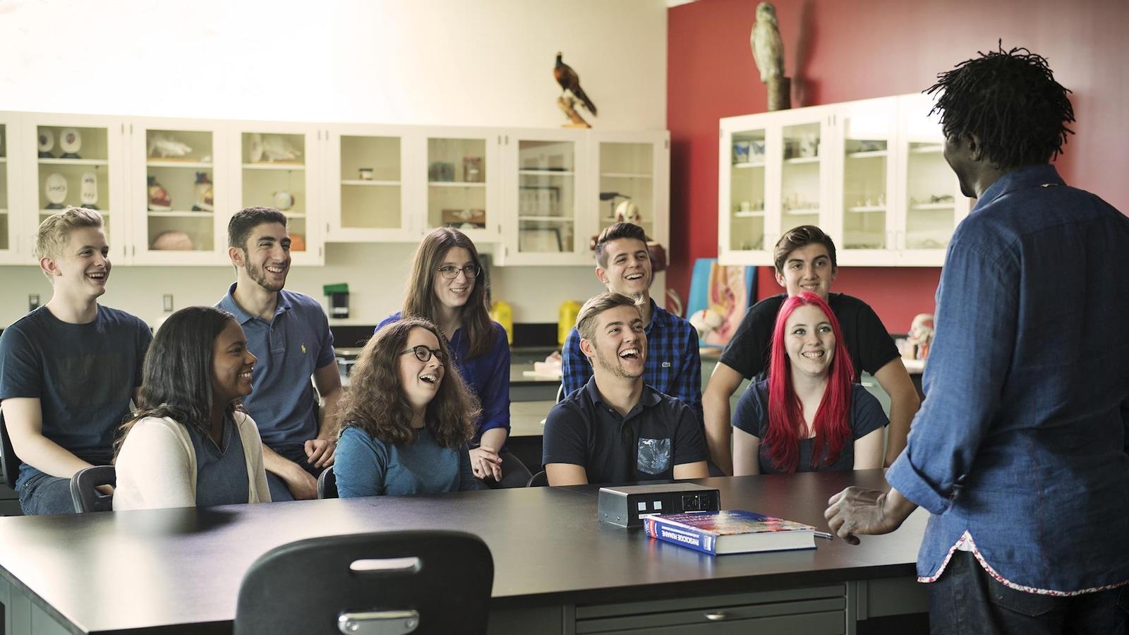 Boucar Diouf anime devant une classe de jeunes.