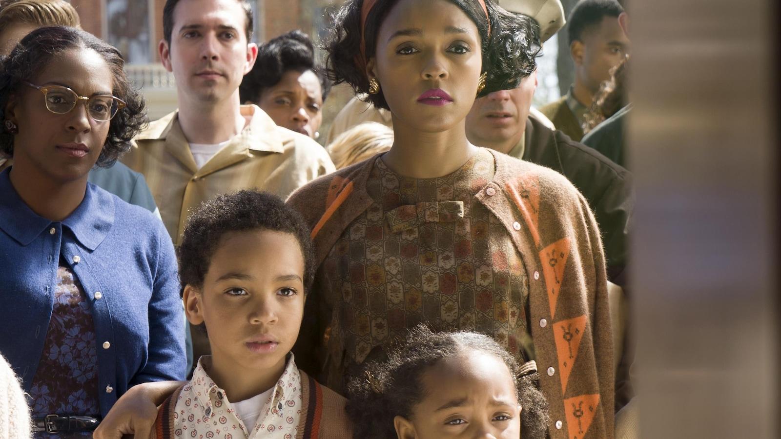 Une femme (Janelle Monáe) entourée de ses enfants et d'une foule.