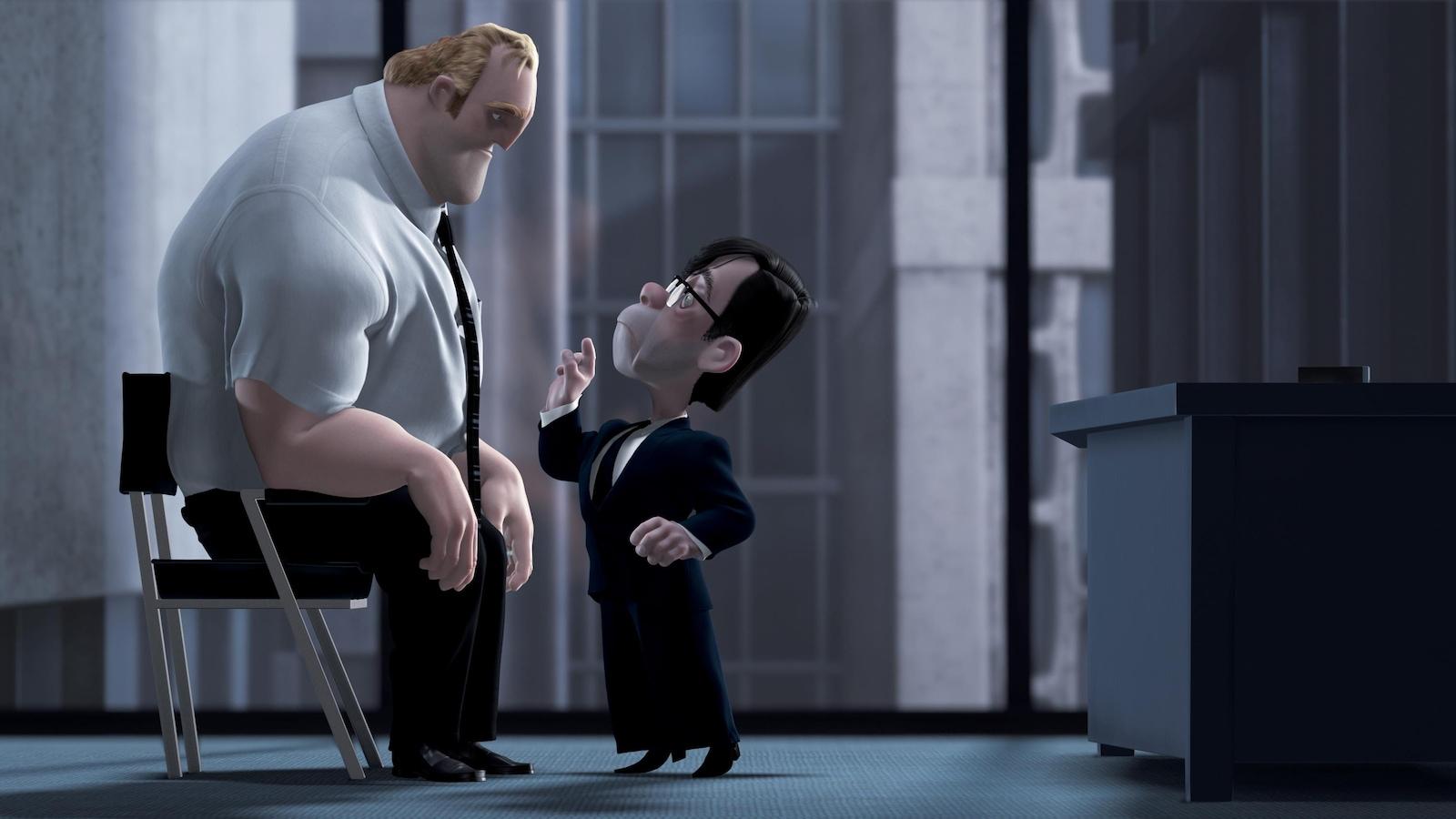 Un homme à la stature imposante assis sur une chaise devant un tout petit monsieur, les deux animés.