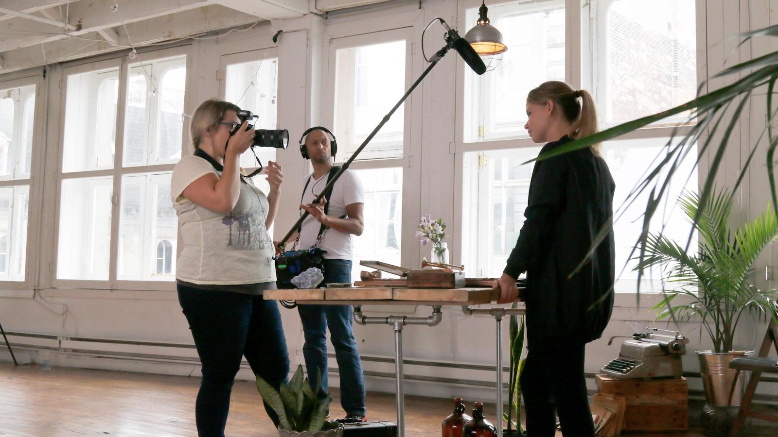 La réalisatrice pointe sa caméra vers l'invitée.