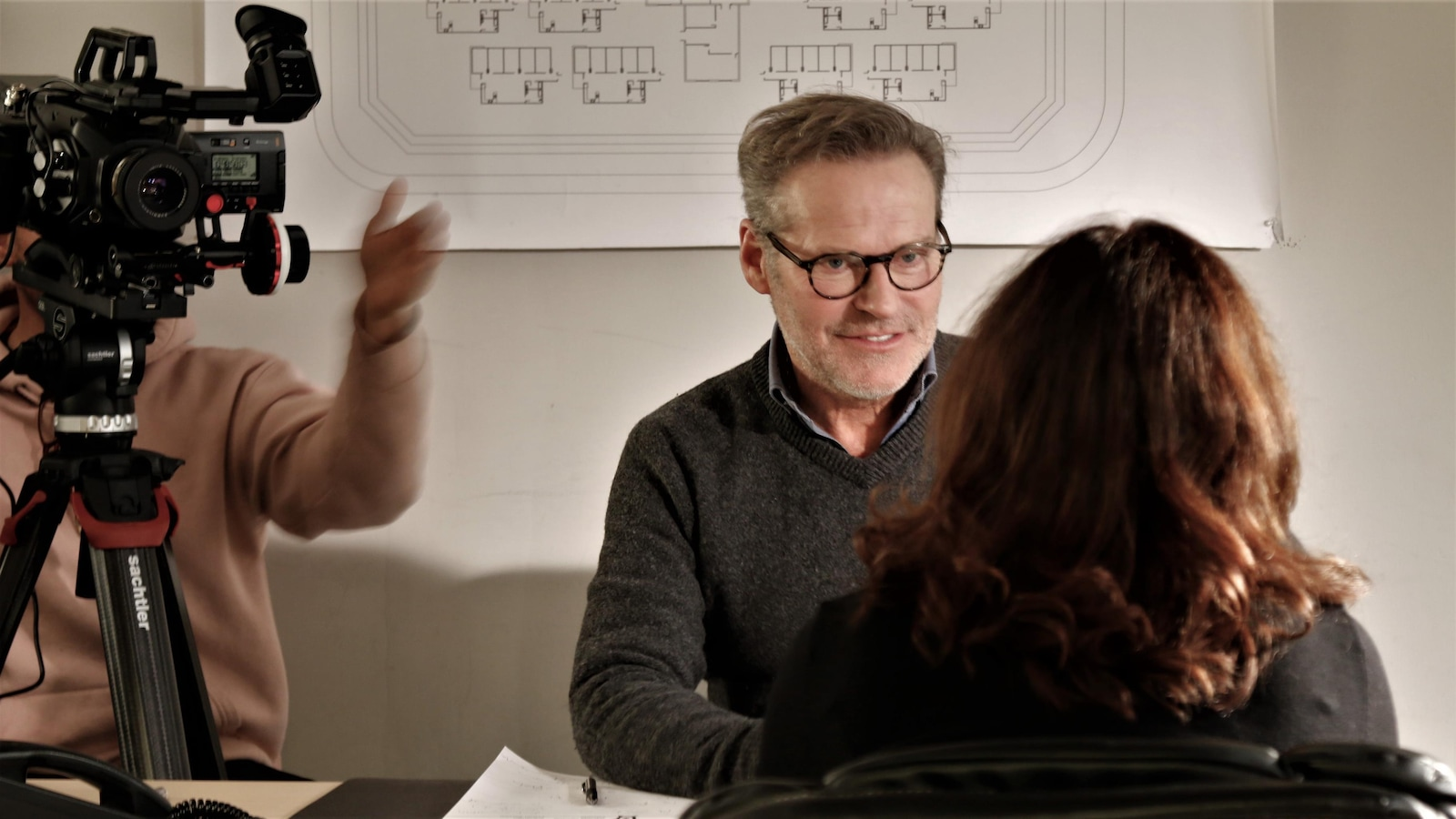 Dans le bureau du personnage de Steven Picard, Luc Guérin interviewe Guylaine Tremblay.
