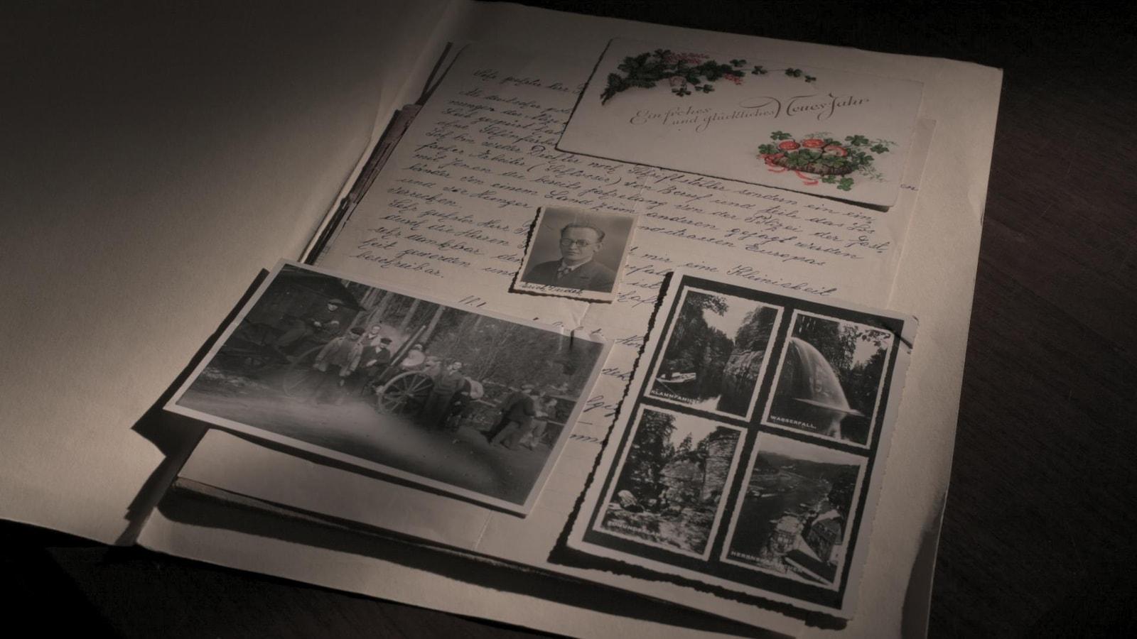 Dans un album de type scrapbook, on retrouve une lettre, une enveloppe et de vieilles photos de l'époque de la Deuxième Guerre.