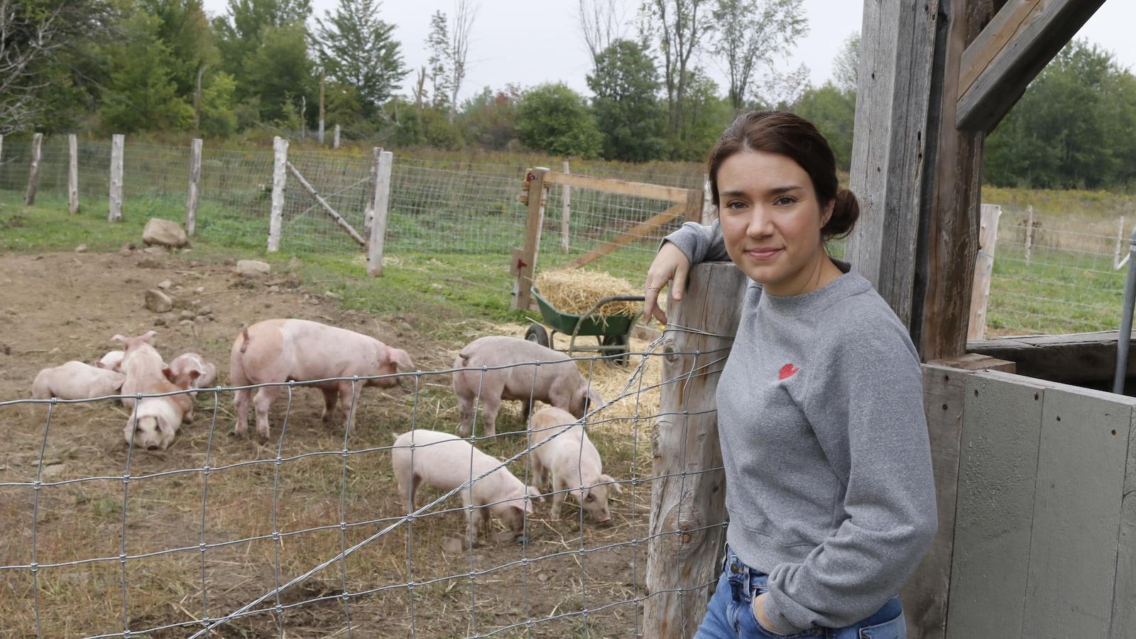 La comédienne pose devant un enclos à cochon sur le plateau de la série 5e rang.