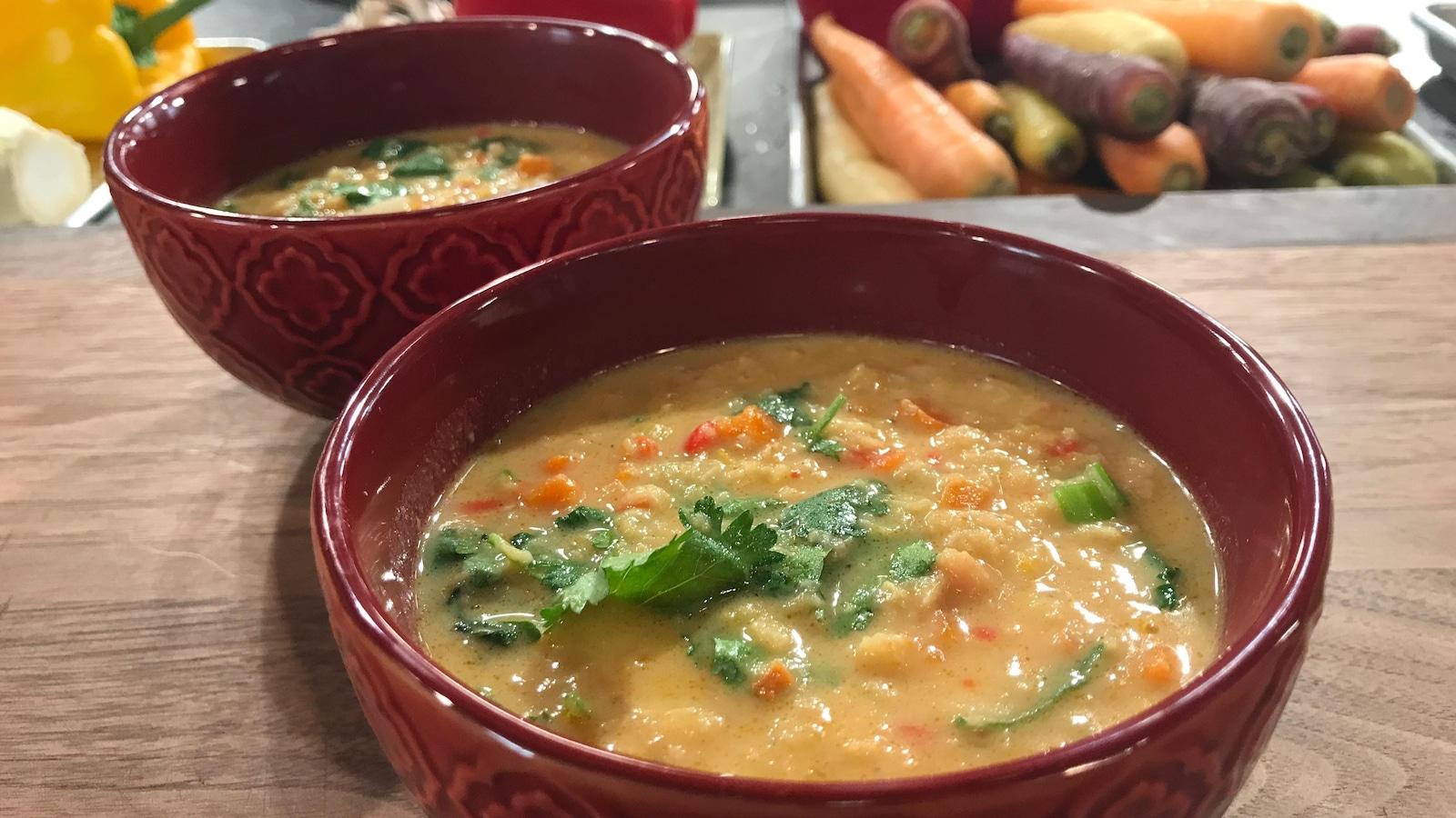 Un bol de soupe aux lentille et des légumes frais