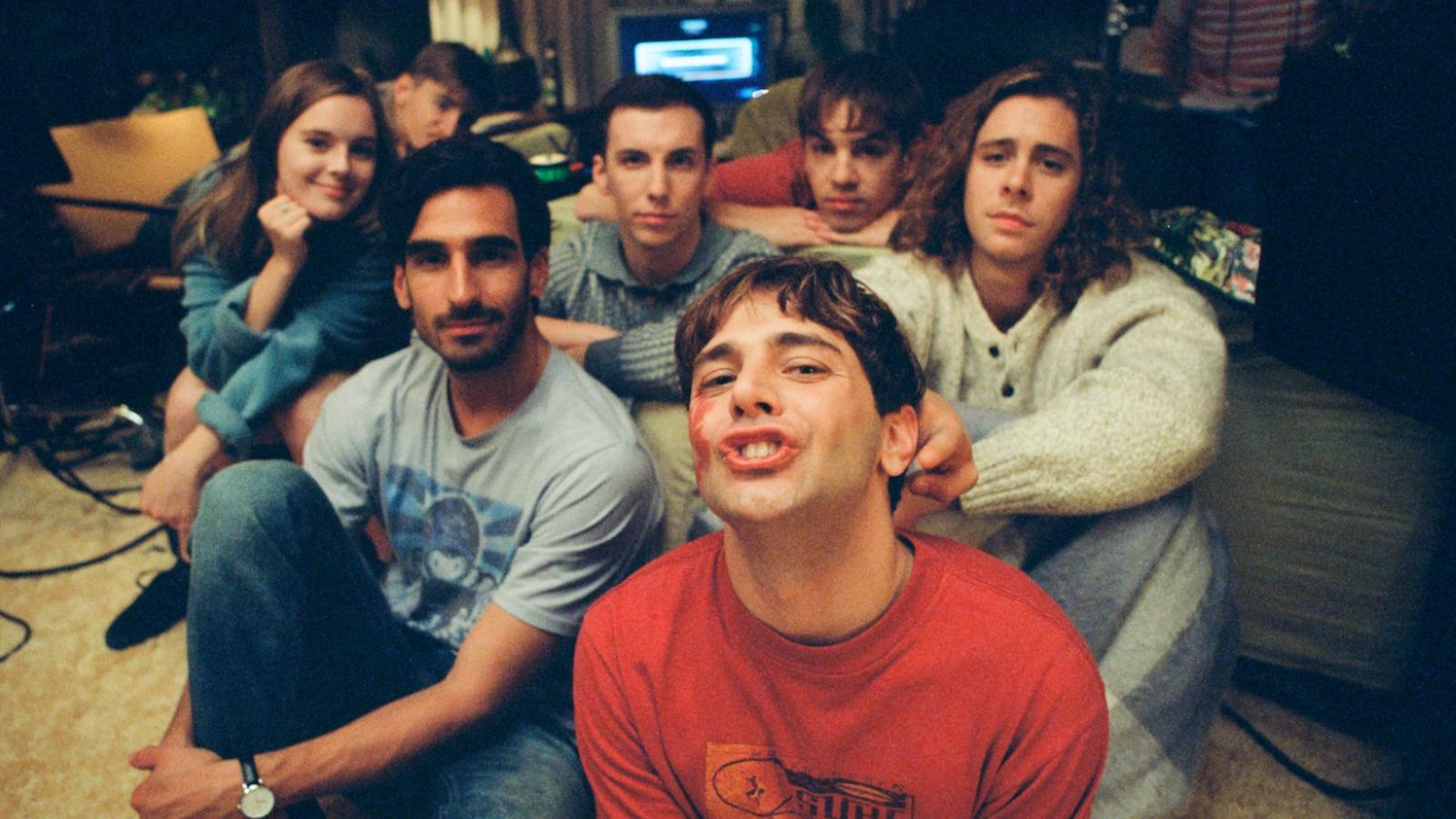 Un groupe de jeunes gens (parmi lesquels Xavier Dolan et Gabriel D'Almeida Freitas) assis par terre, fixent l'objectif de la caméra.