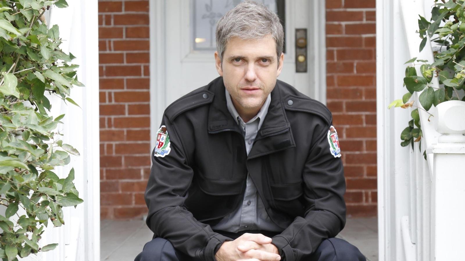 Le policier de 5e rang pose devant la maison familiale.