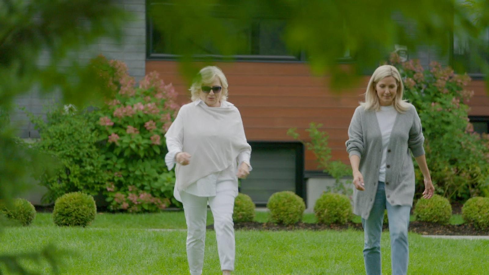Portrait des deux femmes qui marchent.