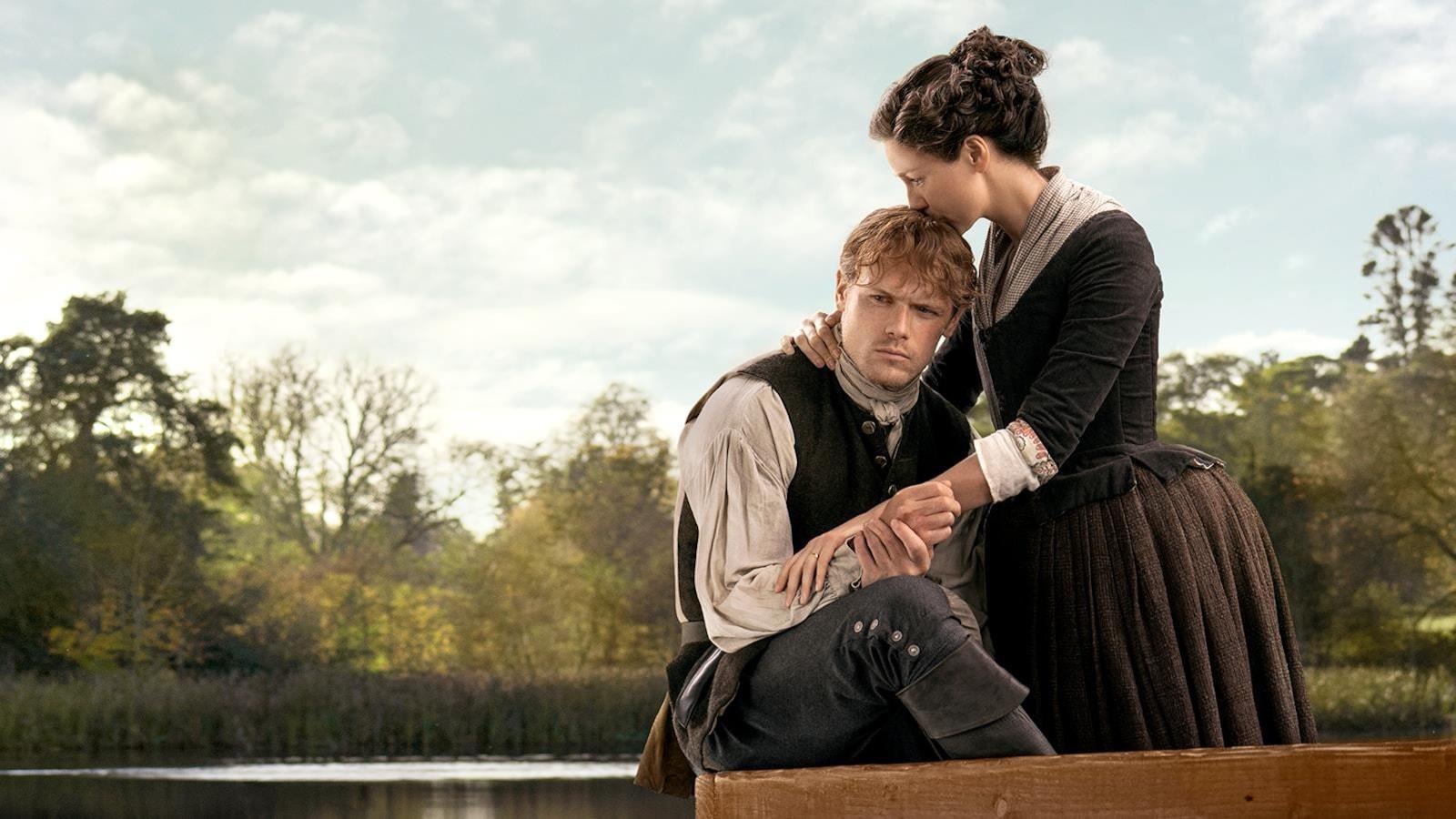 Claire embrasse la tête de Jamie.