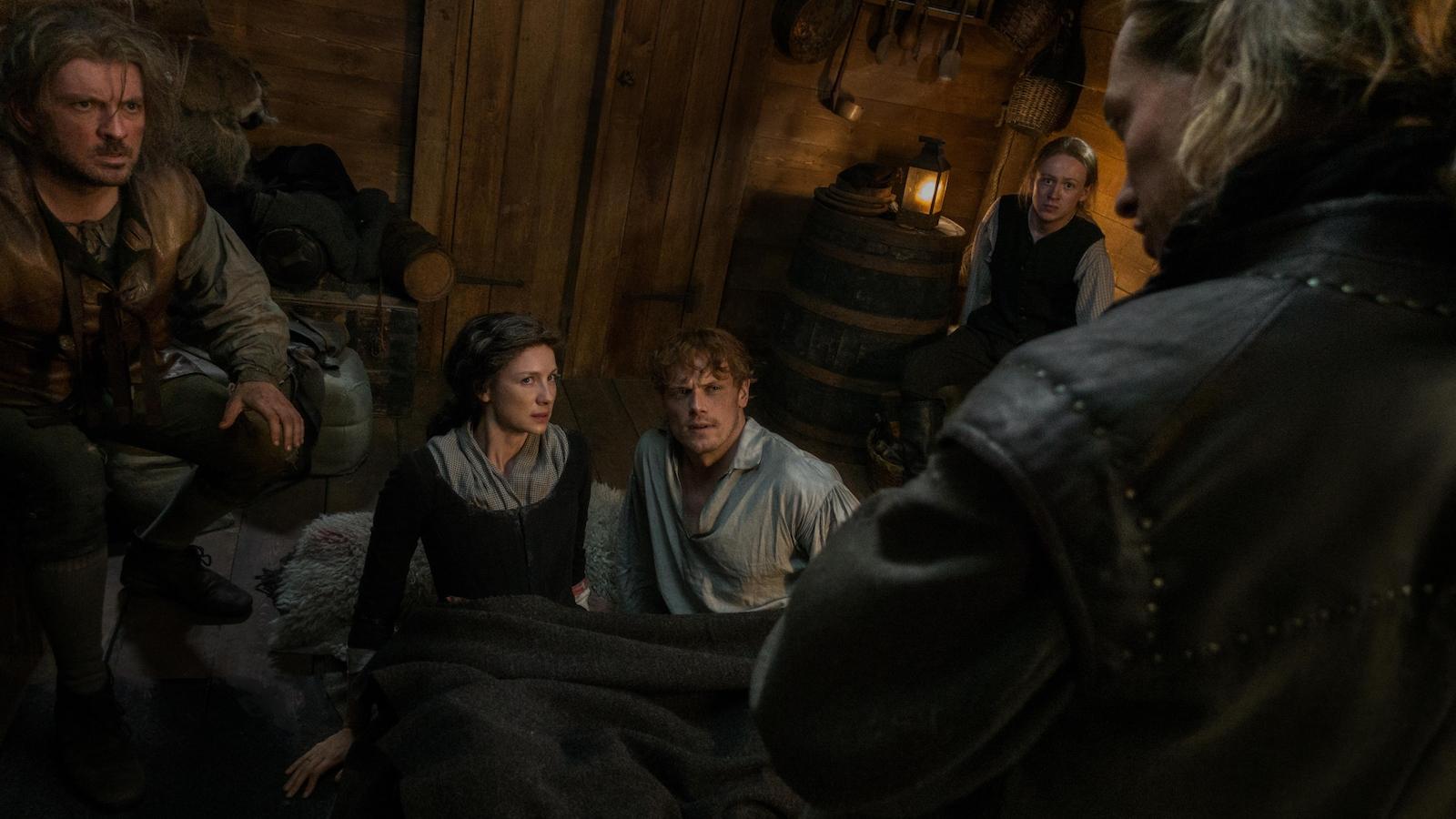 Claire et Jamie qui se font attaquer par M. Bonnet et ses hommes.