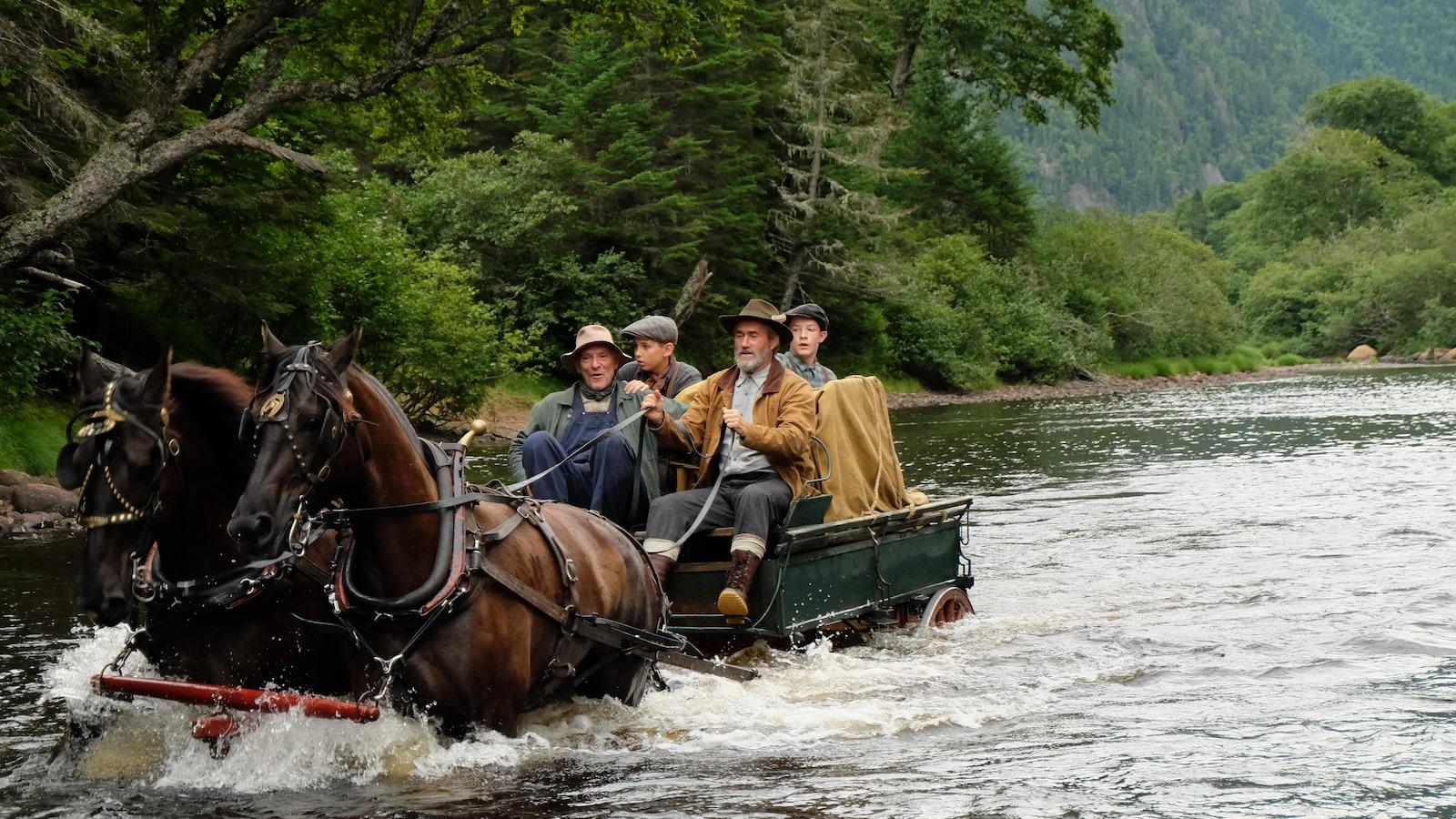 Un groupe d'hommes traversent une rivière en carriole