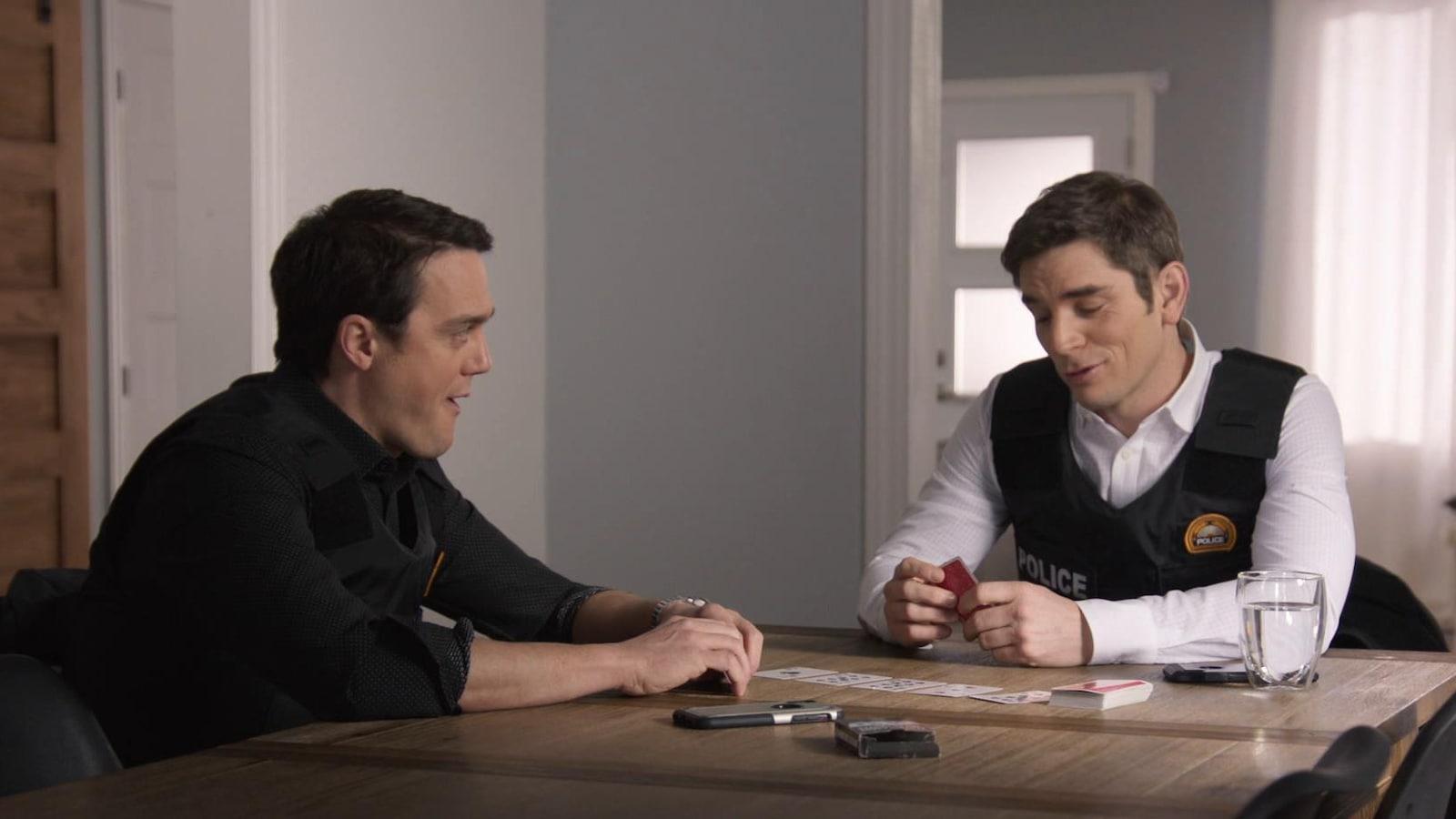 Les comédiens Vincent Guillaume-Otis et Sébastien Delorme jouent aux cartes dans une scène de District 31.