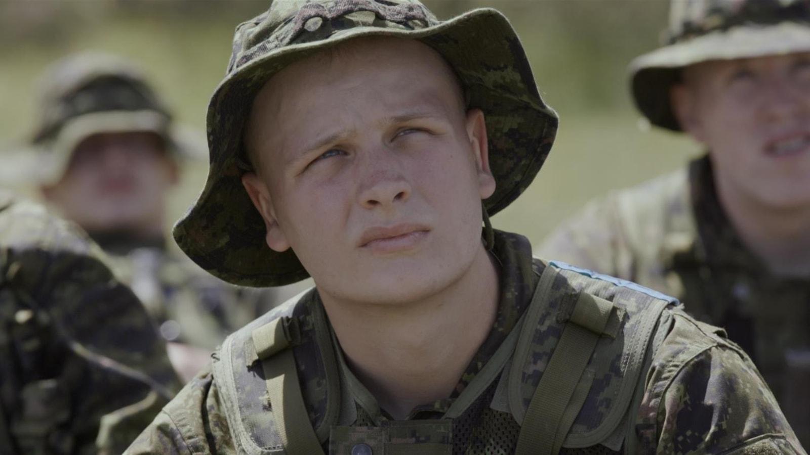 Un jeune homme en tenue de militaire
