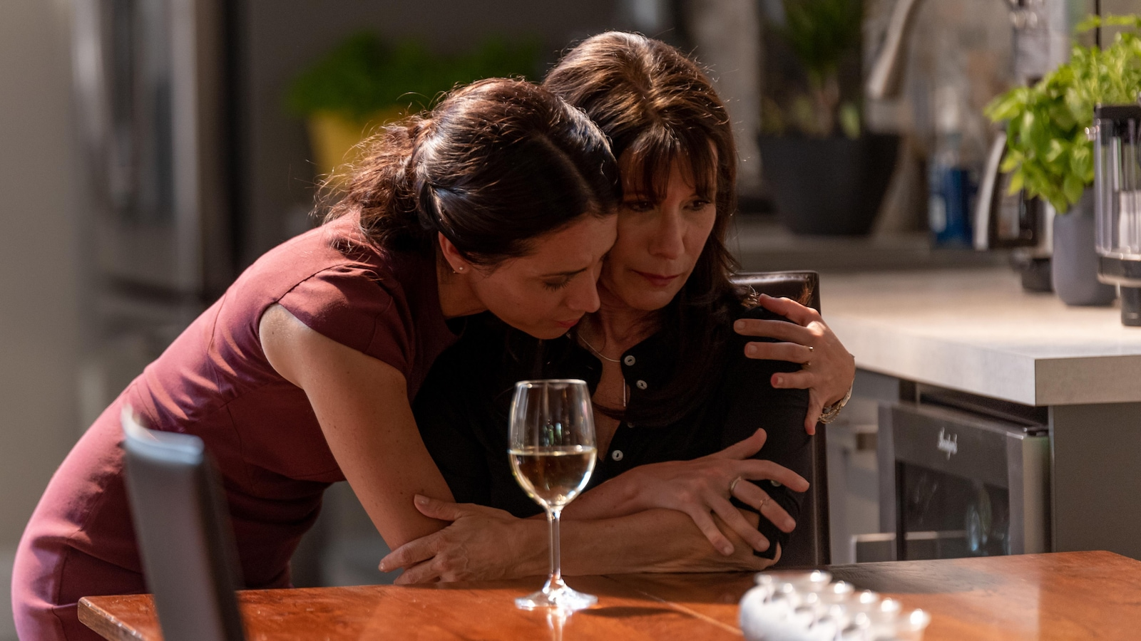 Ariane prend sa mère Mireille dans ses bras.