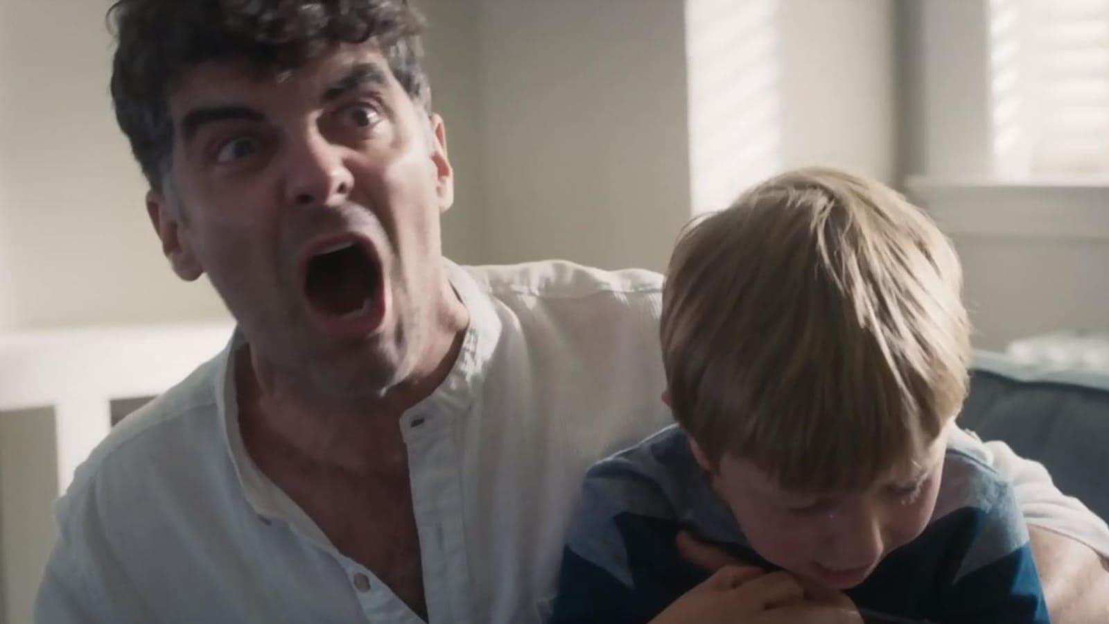 Frédéric Dumais hurle en tenant en otage son garçon Jérémie.