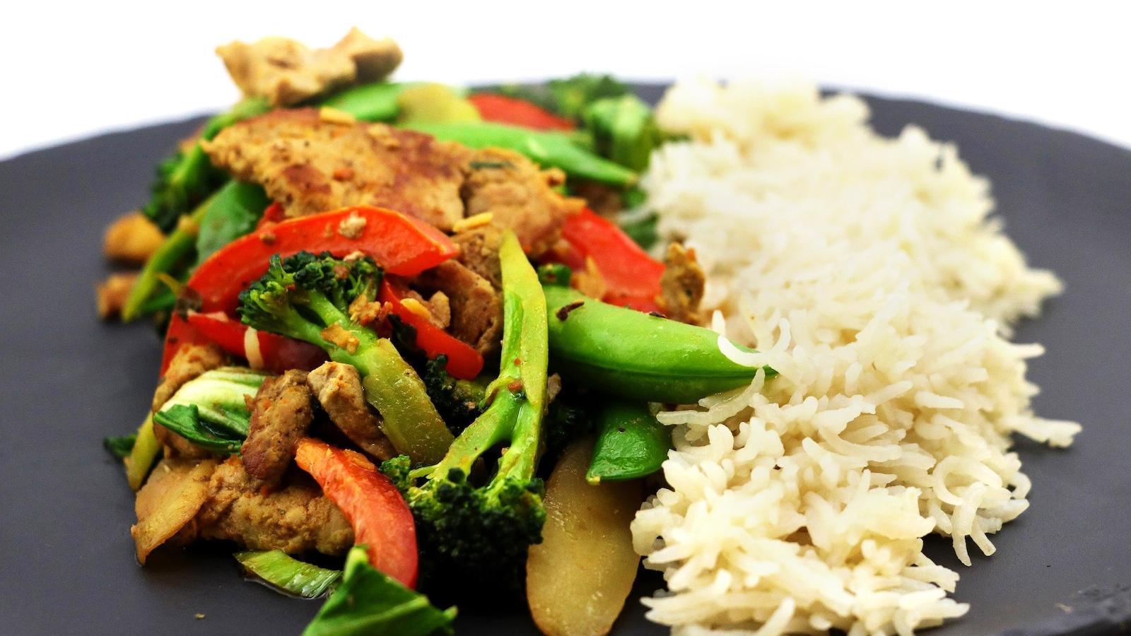 Les légumes sont des brocolis, de pois mange-tout et des poivrons.