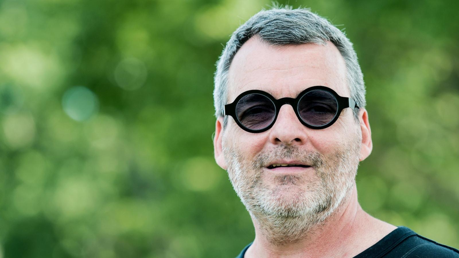L'auteur Serge Boucher pose pour une photo lors des derniers jours de tournage de l'émission Fragile.
