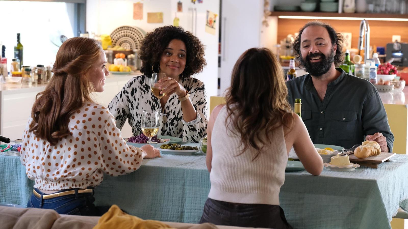Catherine Bérubé, Anna Beaupré Moulounda, Mélissa Désormeaux-Poulin et Mani Soleymanlou discutent autour d'une table.