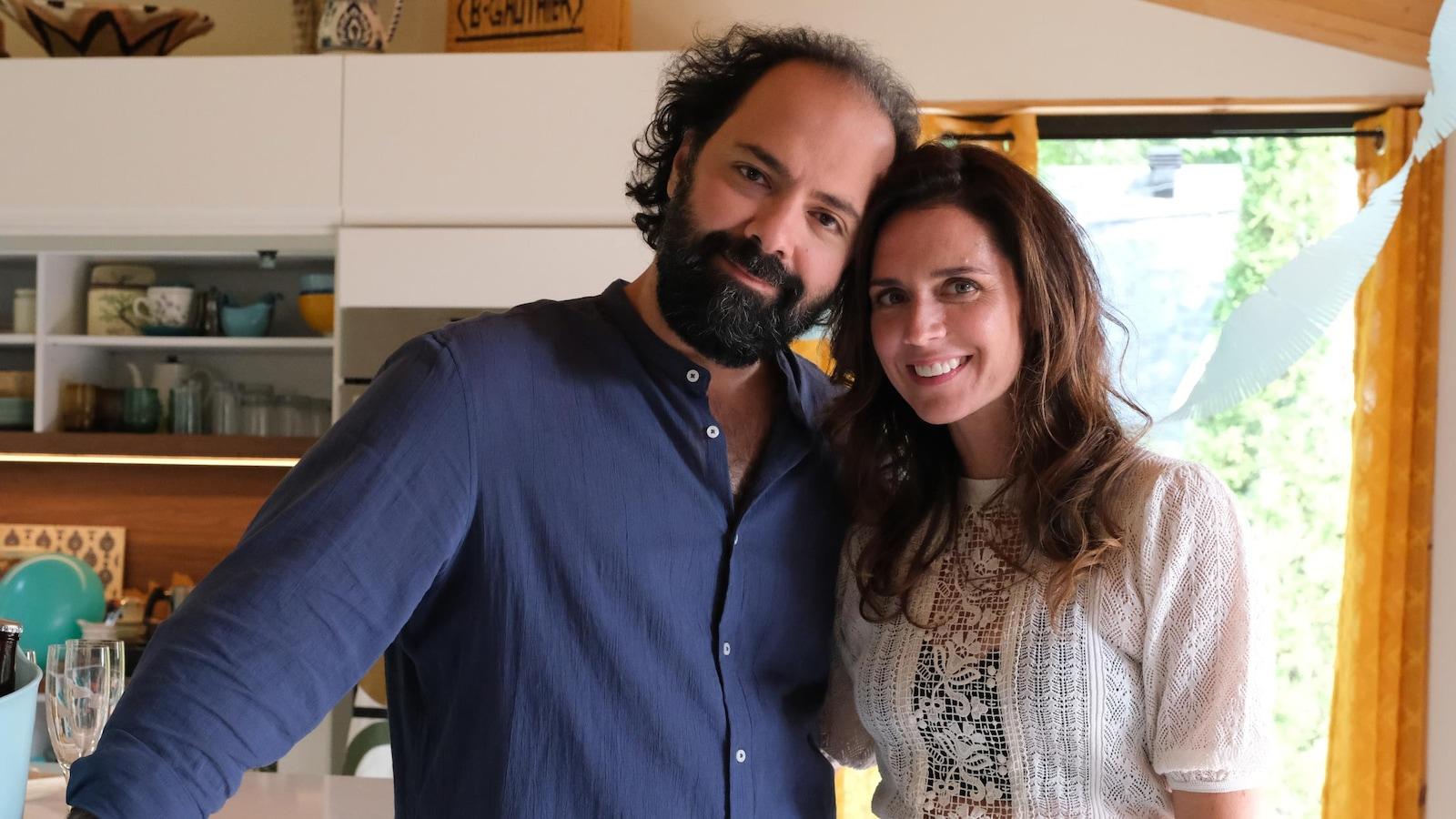 Mani Soleymanlou et Mélissa Désormeaux-Poulin prennent la pose.