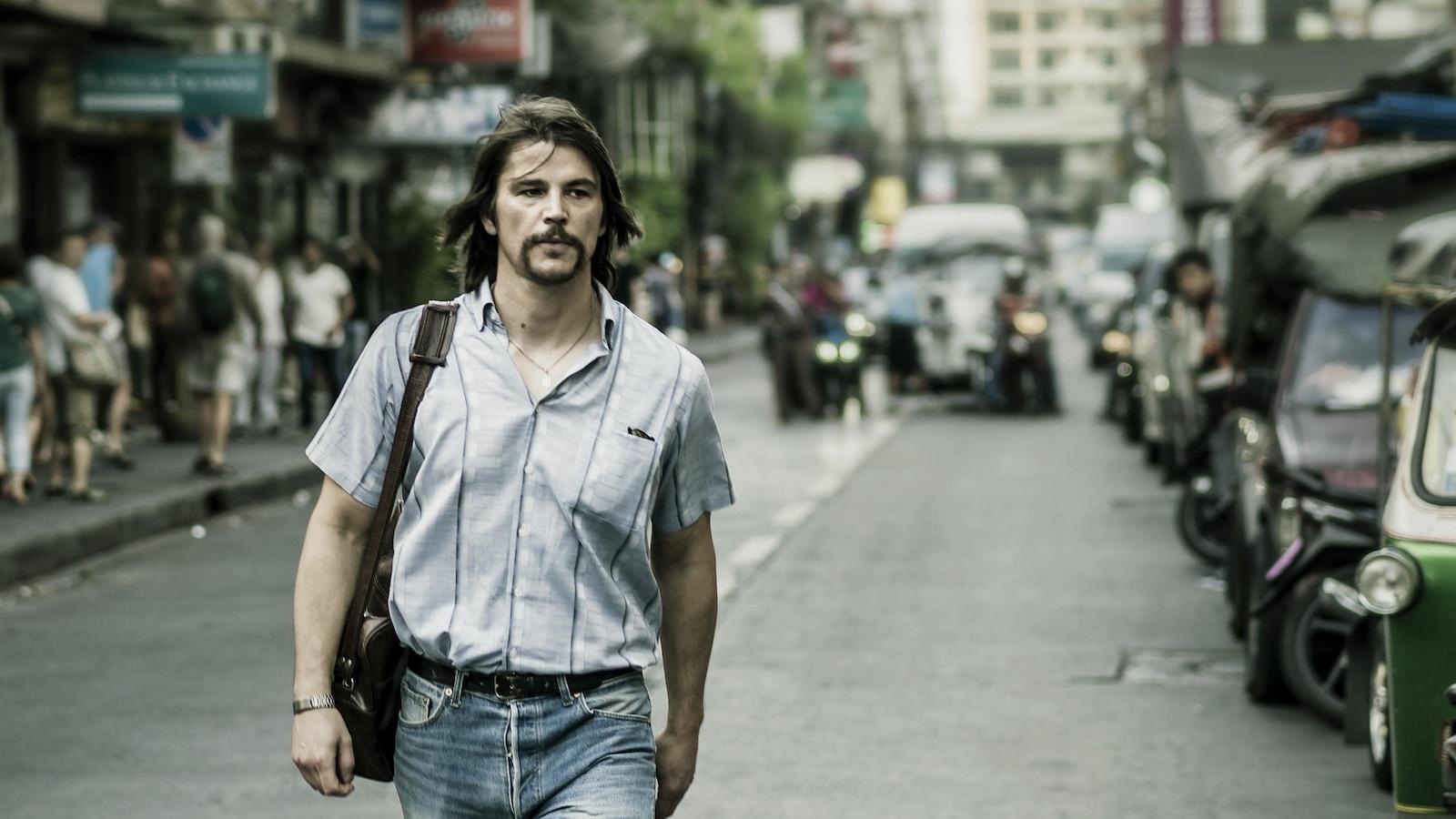 Un homme (Josh Hartnett) marche au milieu d'une rue en pleine ville.