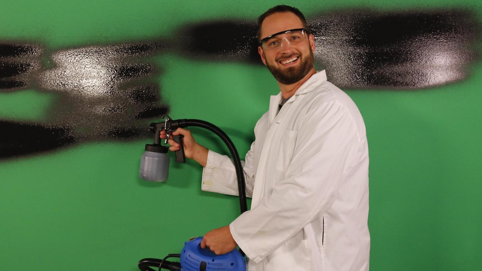 Le collaborateur test un produit de peinture sur le plateau d'Entrée principale