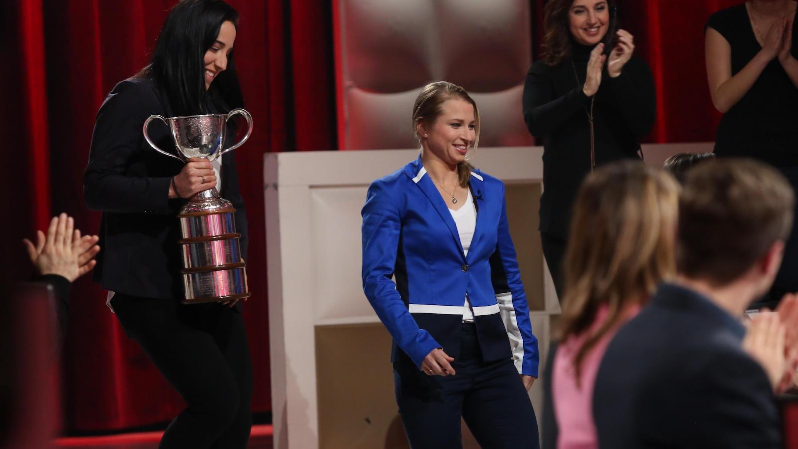 Caroline Ouellette s'avance avec la Coupe Clarkson dans les mains.