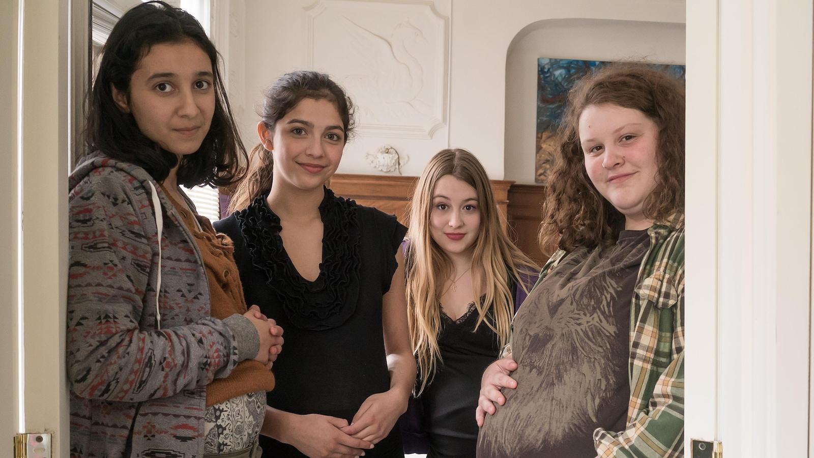 Dans une salle de l'école, Camille (Ambre Jabrane), Flora Tayna V. Lavoie), Jolène (Alison Carrier) et Den (Evelyne Lafrenière) posent.