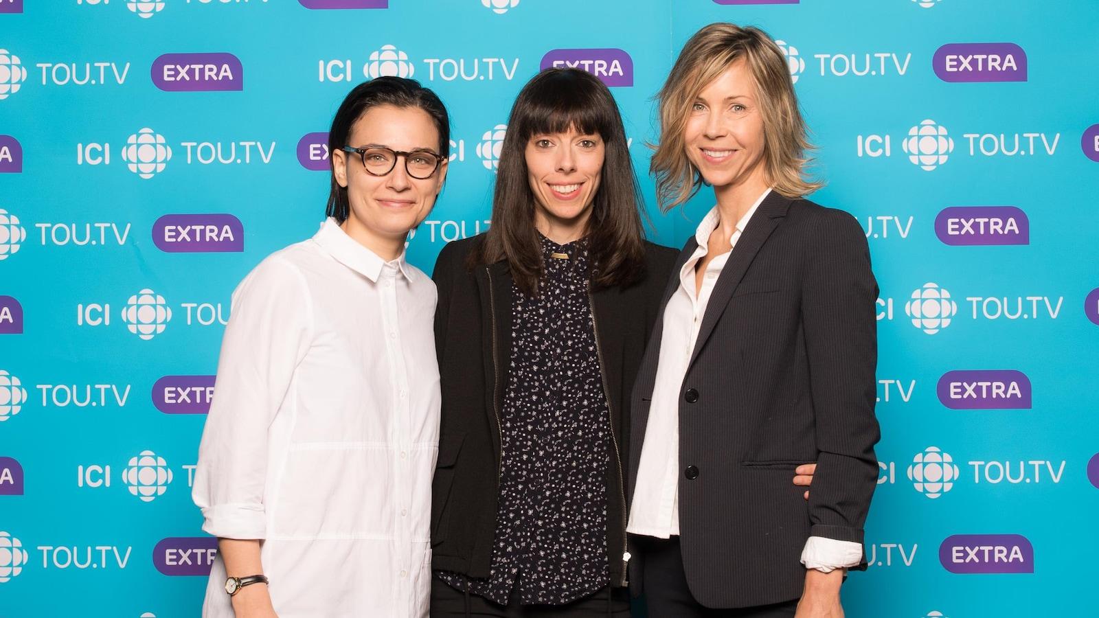 Les trois femmes posent devant le fond ICI Tou.tv Extra.