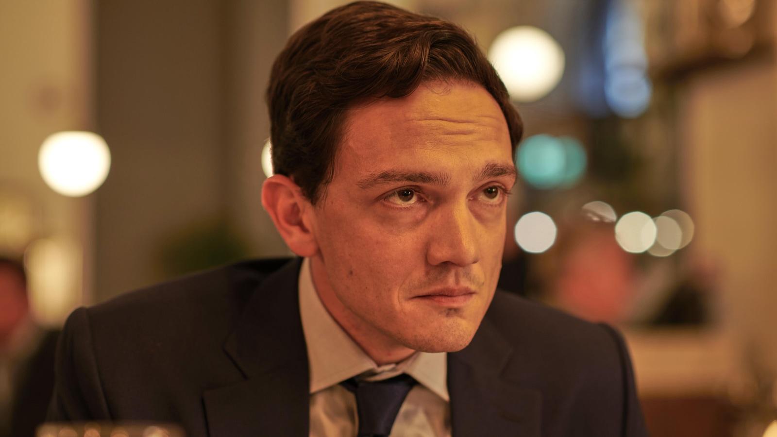 Patrick Day regarde de façon suspicieuse Benjamin Greene lors du souper au resto.