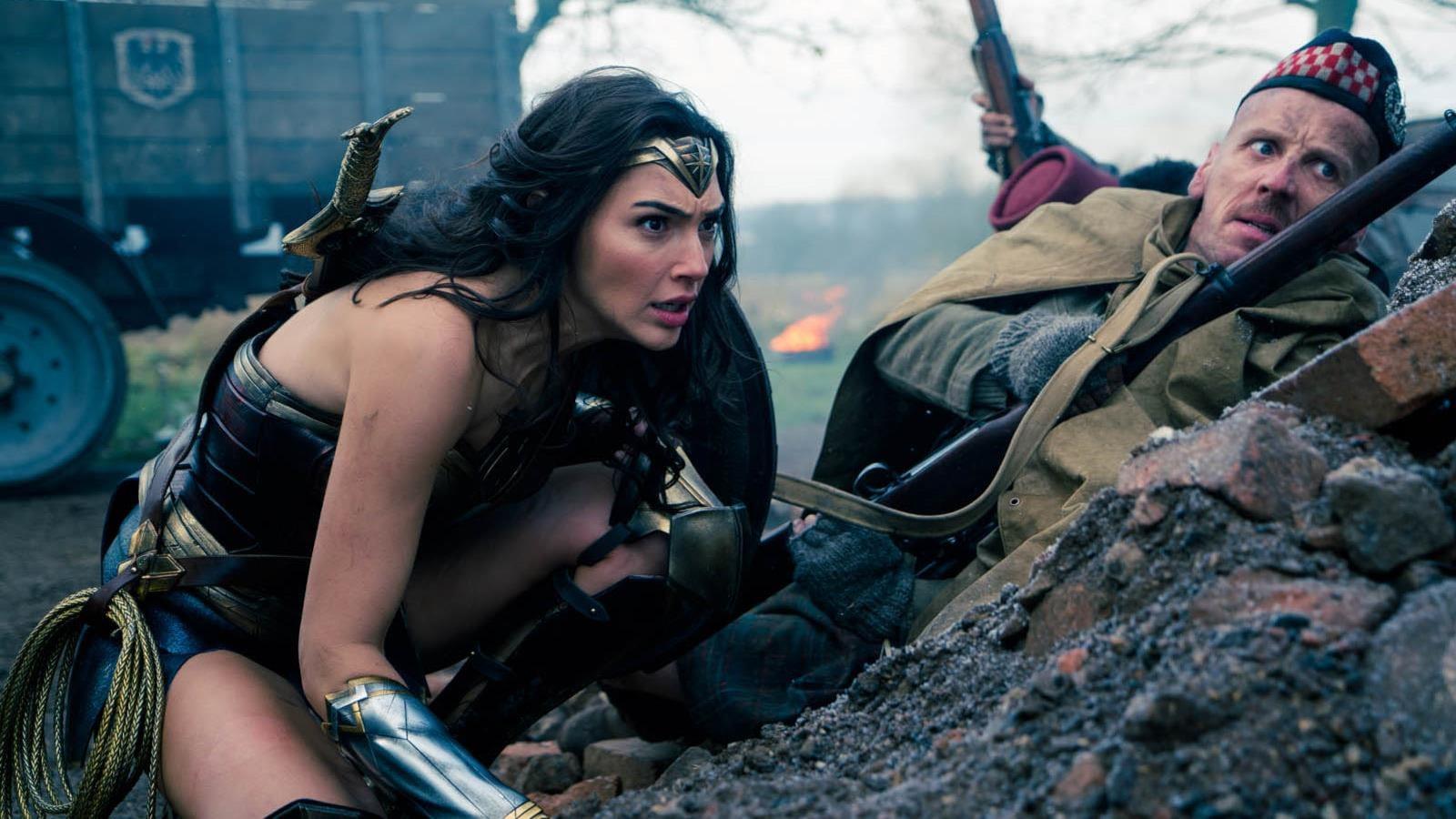 La super-héroïne dans une tranchée