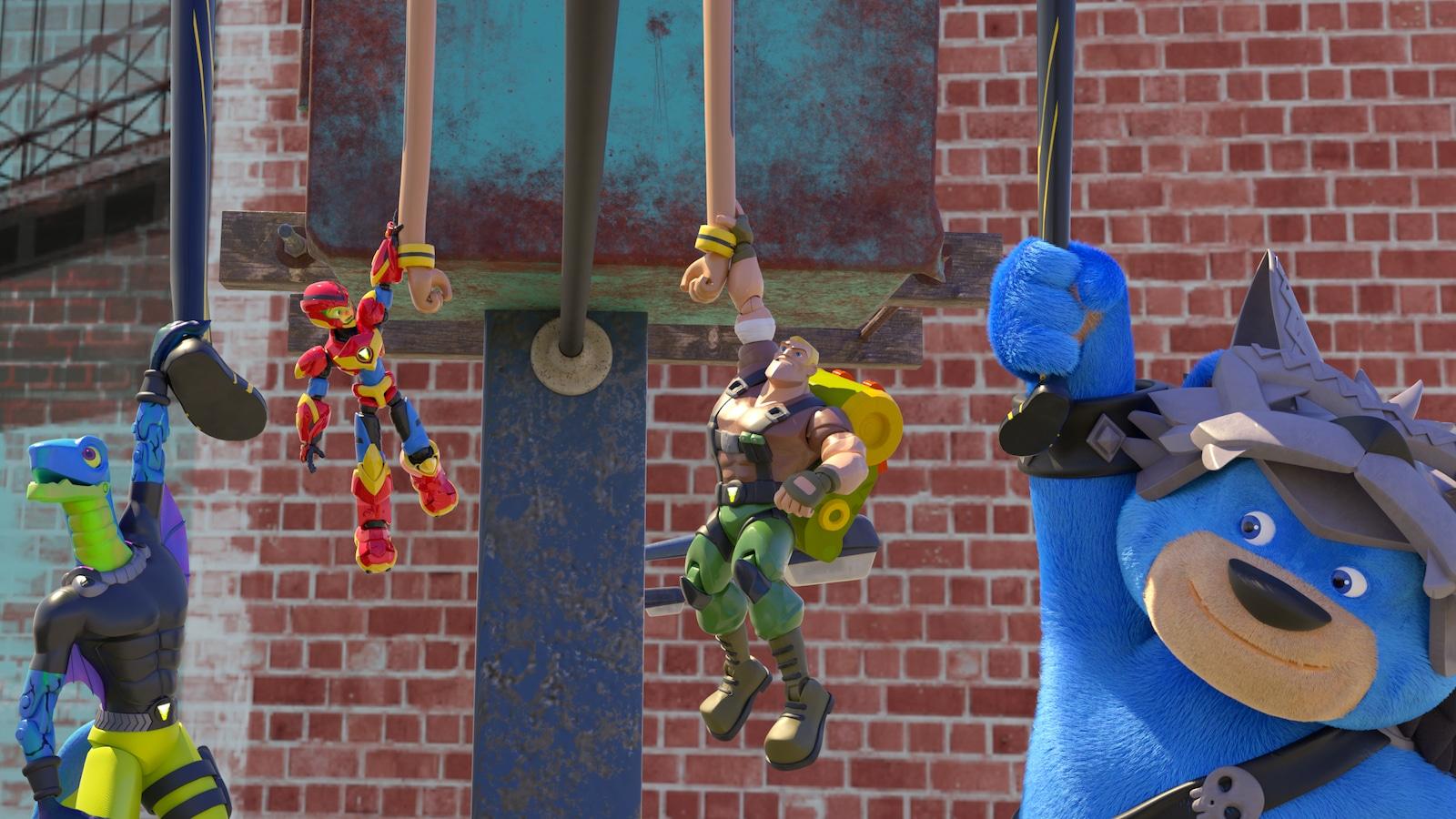 Les amis sont suspendus à des cordes dans le jardin