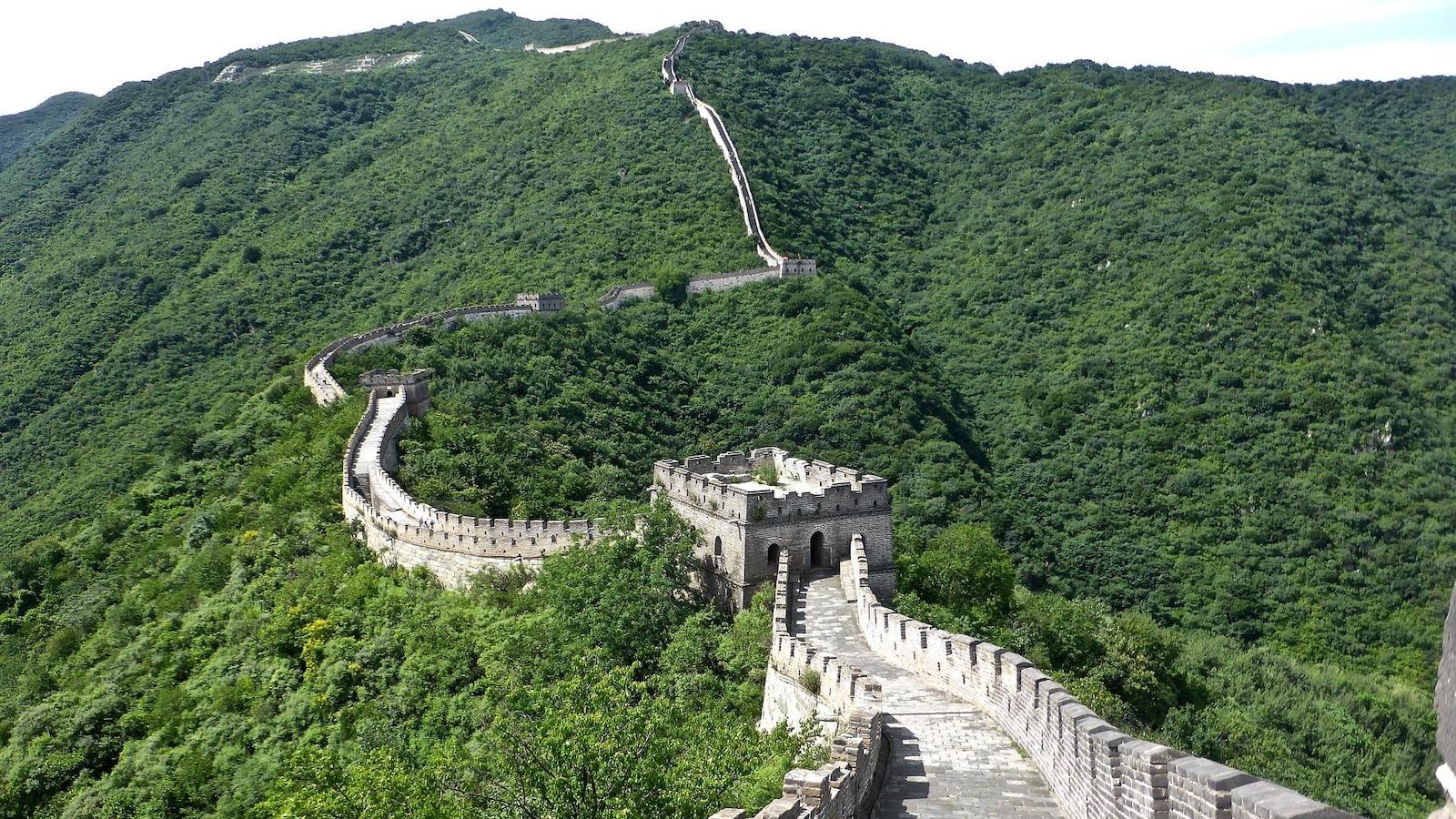 Vue de la Grande Muraille de Chine dominant la montagne.