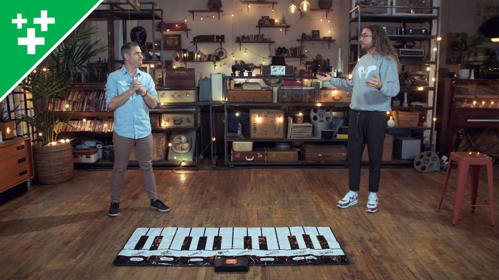 Ils vont jouer avec un piano géant au sol (bricolage)
