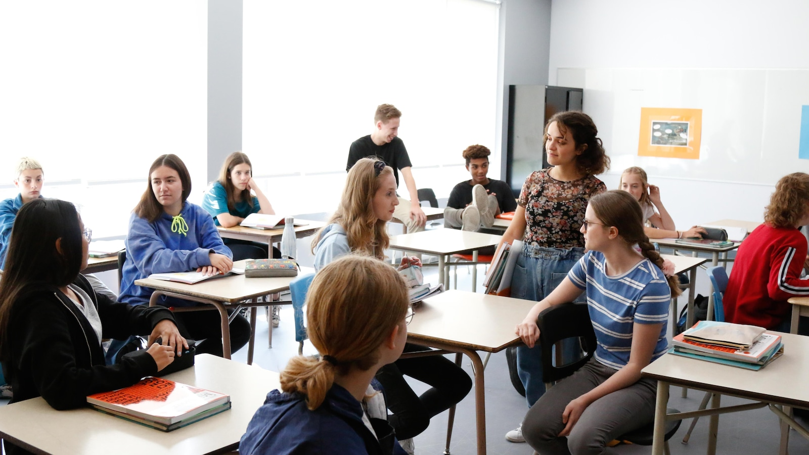 Les élèves discutent, Katya est debout