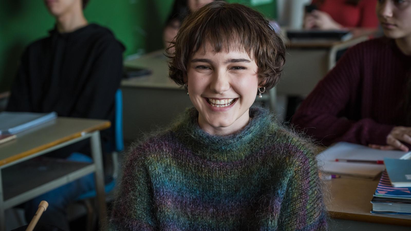 La jeune ado sourit en classe