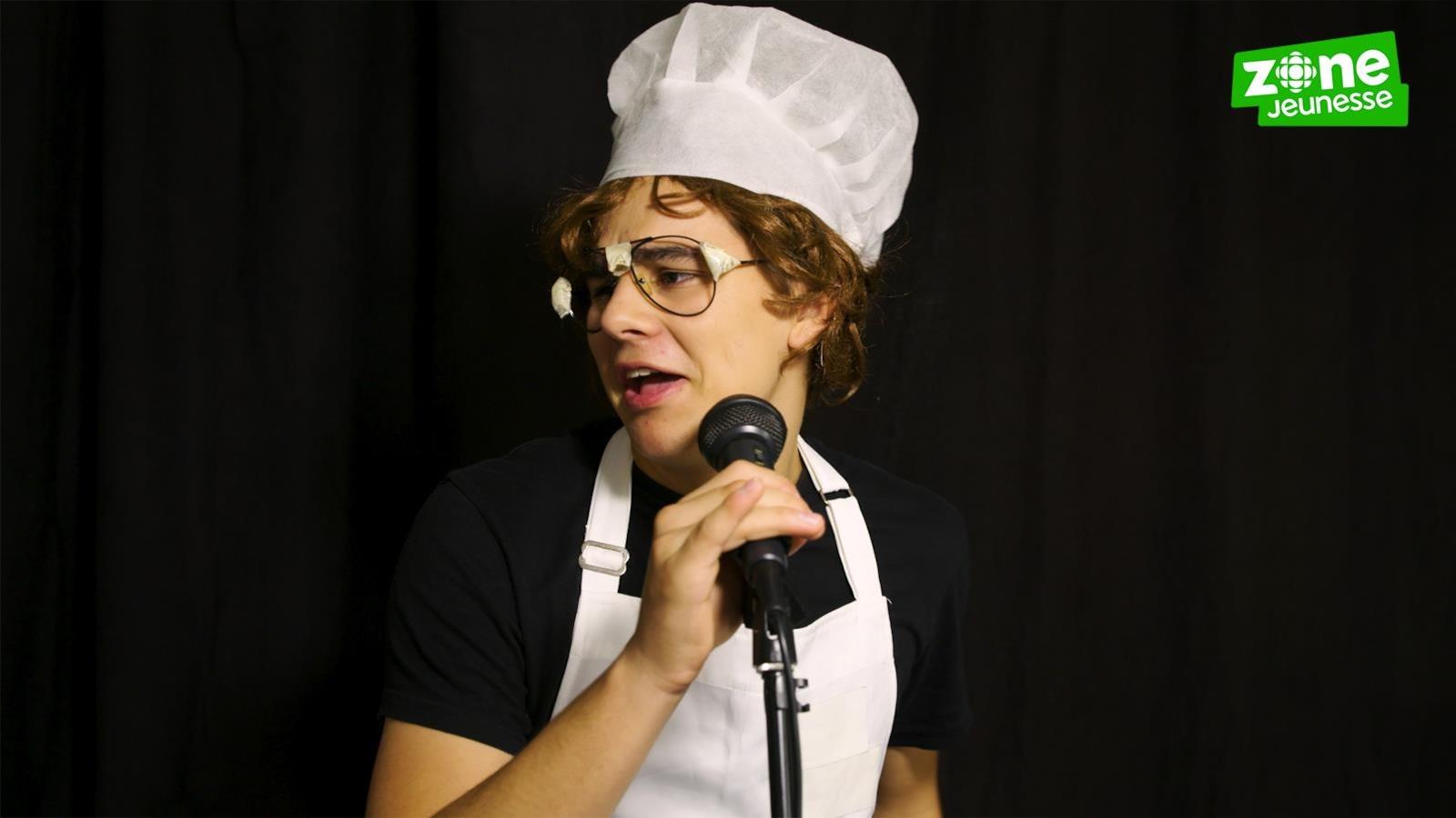 Il est déguisé en chef cuisinier