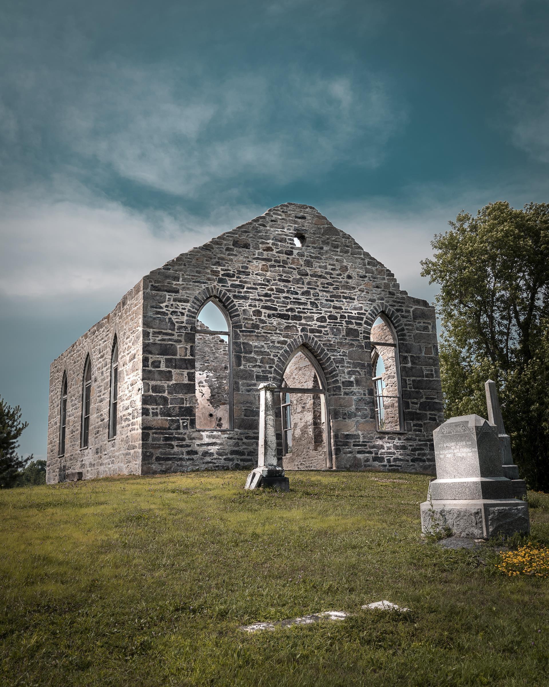 Une ancienne église dont il ne reste que des pierres.