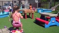 Des enfants dans une cour