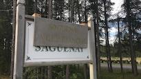 Une affiche en bois portant l'inscription Saguenay ville blanche