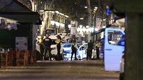 Des policiers de Barcelone près du véhicule qui aurait été utilisé pour l'attentat.
