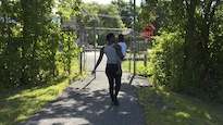 Une femme marche, son enfant dans les bras, non loin de la résidence Havre Providence de Boucherville, qui est devenue un centre d'accueil pour demandeurs d'asile.