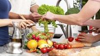 Un groupe de personnes prépare ensemble un repas.