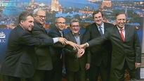 Le maire Régis Labeaume, entouré des ministres Martin Coiteux et François Blais ainsi que des députés libéraux André Drolet, Michel Matte et Sam Hamad.