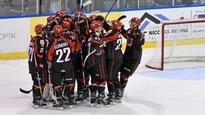 Les joueurs du Drakkar de Baie-Comeau célèbrent leur victoire devant leurs partisans.