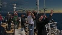 Sur le Celebrity Millennium, au nord de la Nouvelle-Zélande, une étrange luminosité s'installe quelques secondes avant la totalité de l'éclipse, le 14 novembre 2012. Grâce à leur mobilité, les navires de croisière offrent une certaine flexibilité pour échapper aux nuages.
