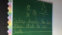 Dessins et mots en dene inscrits sur le tableau d'une classe